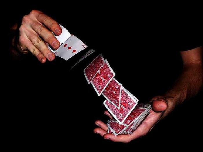 Các tay bịp luôn ưu tiên sử dụng những mánh khóe trong cách chia bài để giành phần thắng