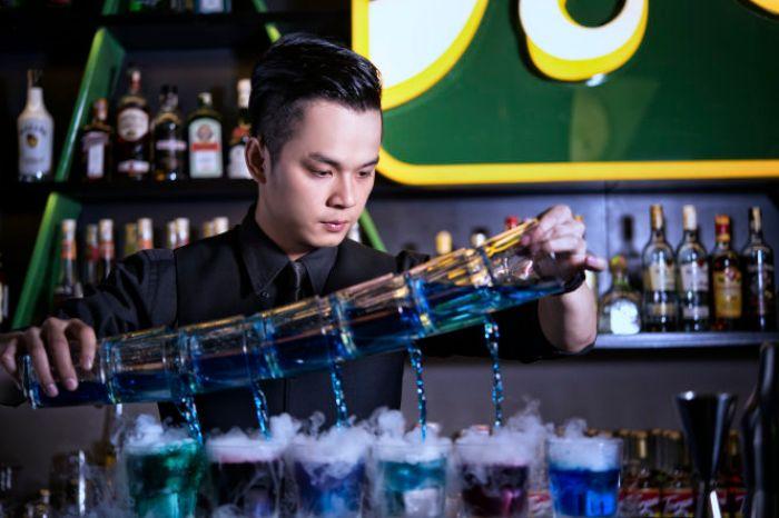 Một nghề nghiệp xung quanh ngành dịch vụ giải trí Casino không thể bỏ qua chính là nhân viên pha chế đồ uống
