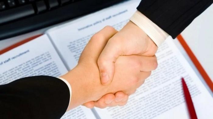 Nếu đã được ký kết HĐLĐ thì bắt buộc phải có giao kết bằng văn bản và làm thành 2 bản