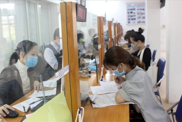 Khoảng 20 ngày kể từ ngày người lao động nộp hồ sơ trung tâm việc làm sẽ gửi quyết định chi trả thất nghiệp cùng với sổ BHXH cho người lao động.