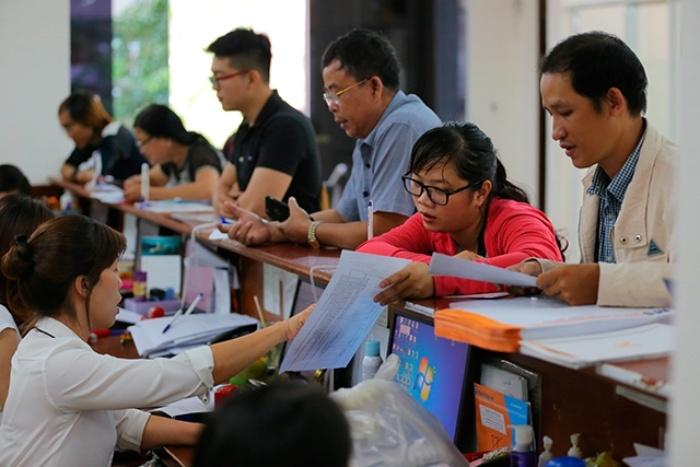 Hình ảnh người lao động đến nhận tiền trợ cấp thất nghiệp tại bưu điện